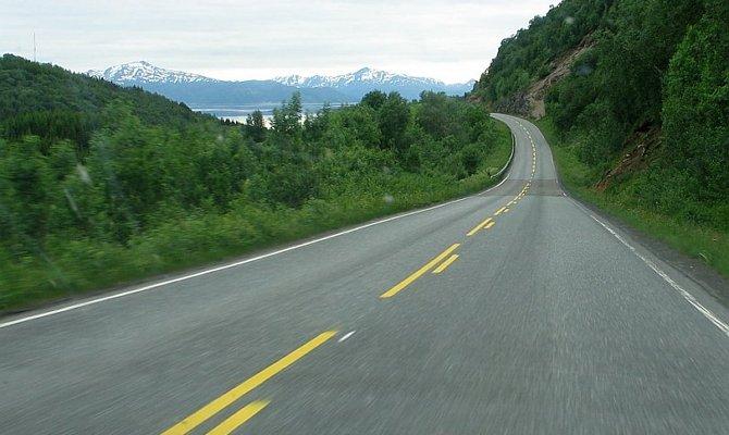 Длинные штрихи прерывистой линии на дороге