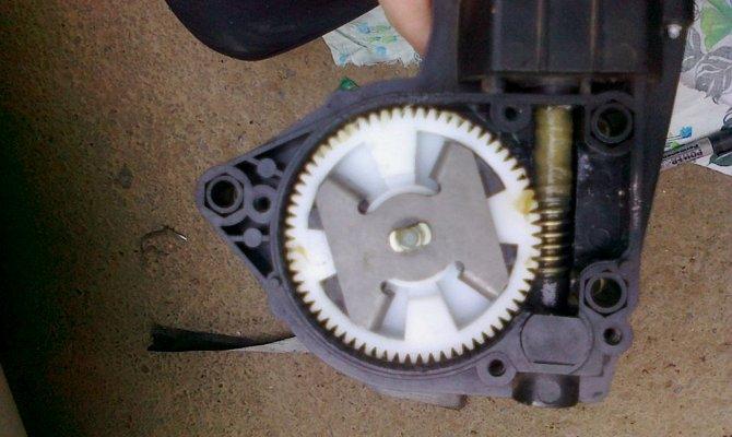 Шестерня моторчика из пластмассы