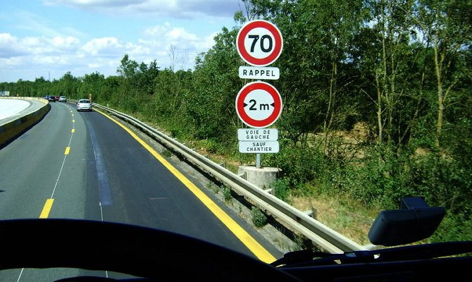 Установка на участке указателя ограничения скорости