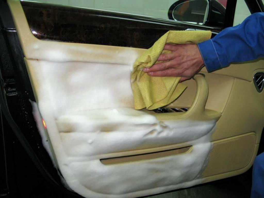 Чем эффективно почистить сиденья автомобиля своими руками фото 621