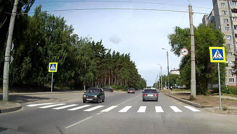 над знаком пешеходного перехода мигает