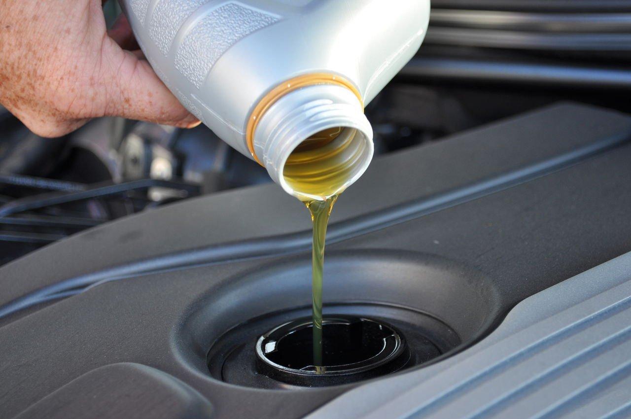 Как заменить масло в двигателе автомобиля своими руками. Меняем масло в авто самостоятельно. помочь начинающим автолюбителям в замене масла