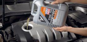 Заливка моторного масла в бак