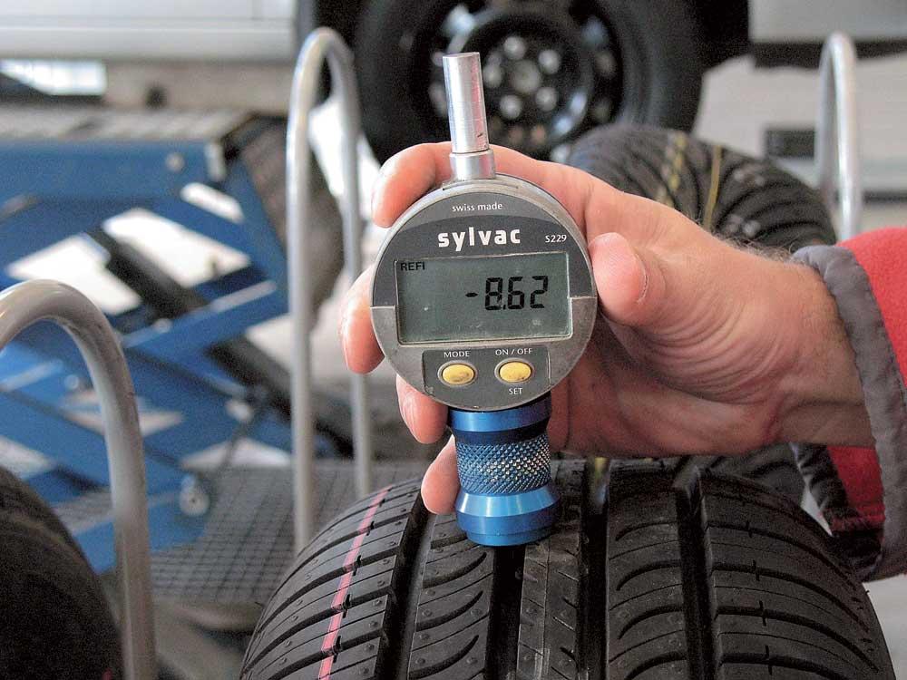 Измерение глубины протектора шин