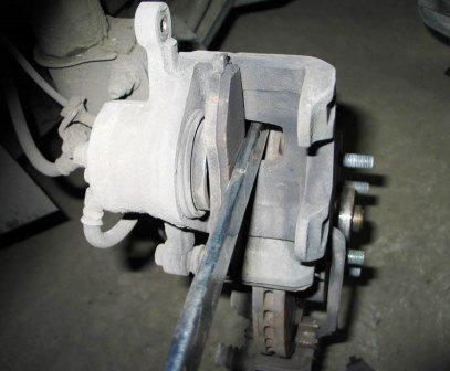 Замена передних тормозных колодок Шевроле Лачетти