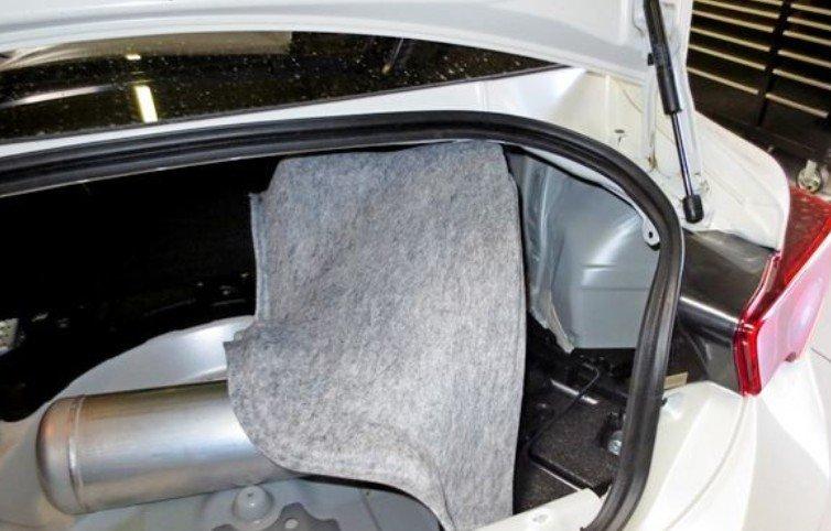 Удаление коврика из багажника
