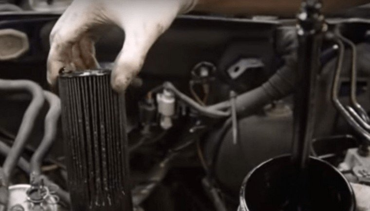 Извлечение воздушного фильтра автомобиля