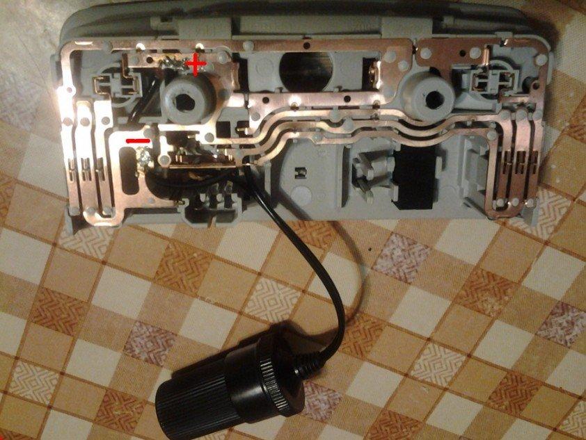 К контактам плафона припаян удлинитель регистратора
