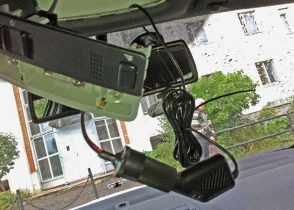 Видеорегистратор подключён к переходнику в потолке