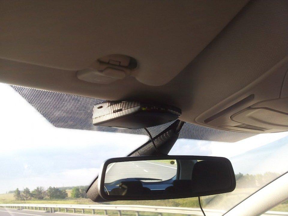 Радар-детектор на лобовом стекле