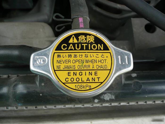 Крышка радиатора автомобиля с клапаном