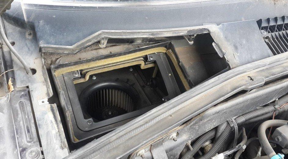 Крышка салонного фильтра «Шевроле Нивы» снята