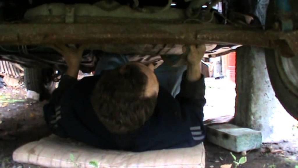 Демонтаж бензобака без смотровой ямы (машина стоит на домкратах)
