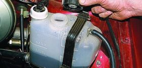 Расширительный бачок системы охлаждения двигателя