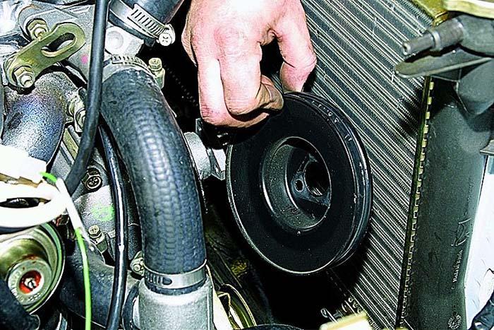 Снятие шкива водяного насоса на ВАЗ 2121