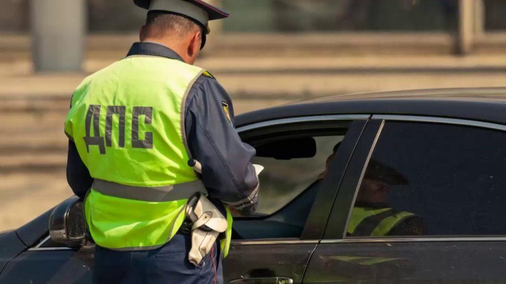 Сотрудник ДПС проверяет документы у водителя