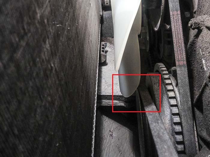 Контакт вентилятора со шкивом коленвала