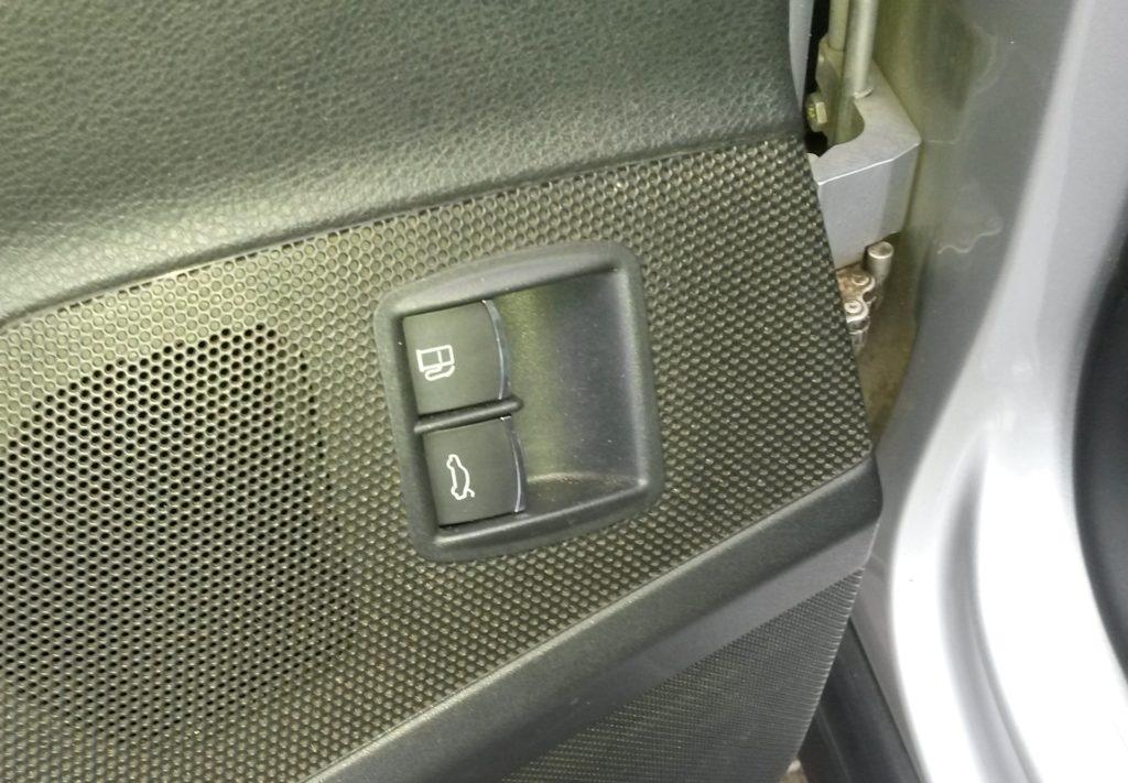 Кнопка управления крышкой бензобака