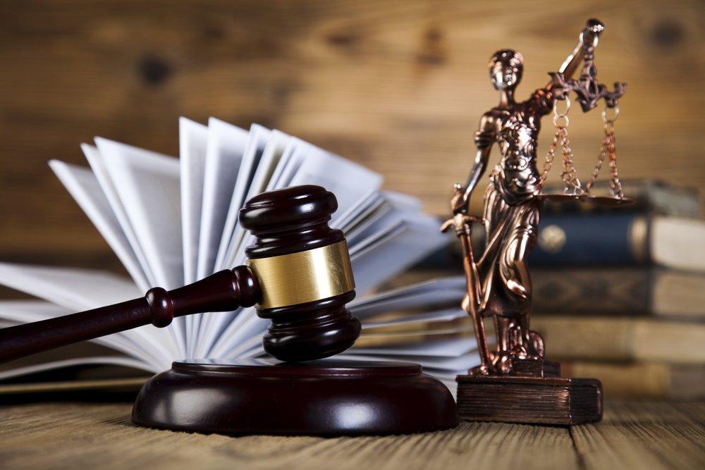 Молоток судьи и статуя Фемиды