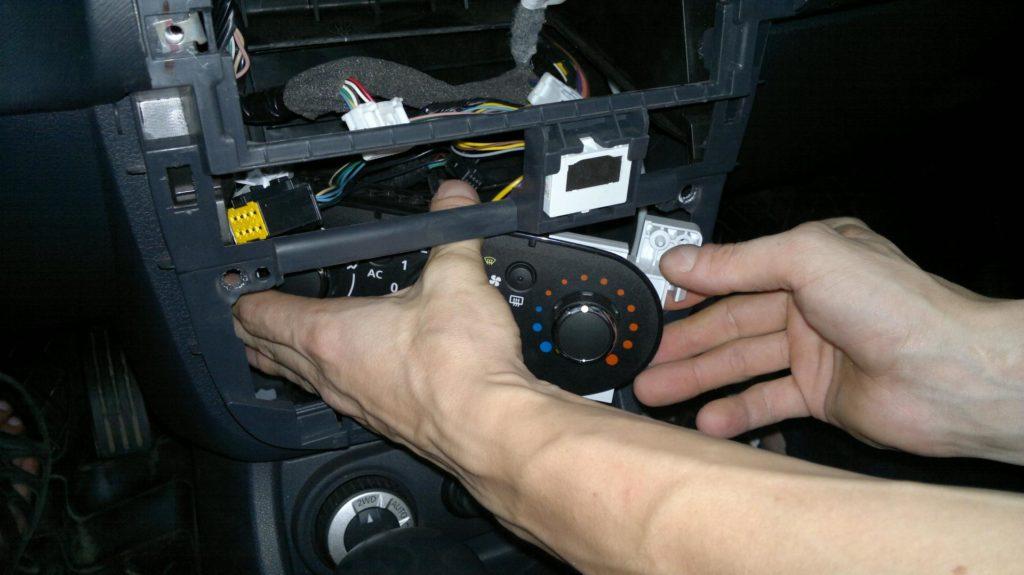 Местоположение моторчика отопителя