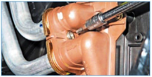 Винт крепления прижимной пластины трубок радиатора