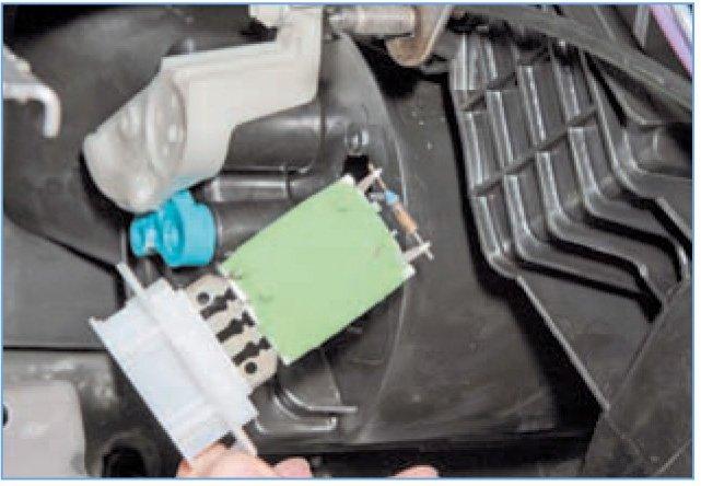Замена резистора печки Рено Логан