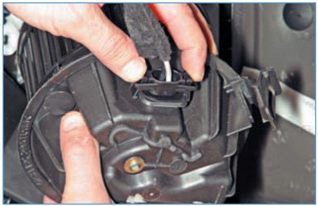 Отсоединение проводов от вентилятора печки Рено Логан