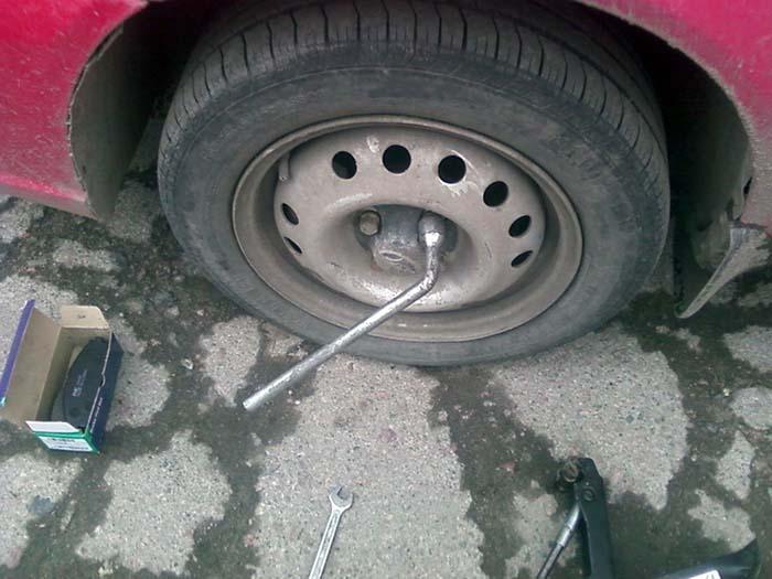 Как снять переднее колесо на авто Daewoo Nexia
