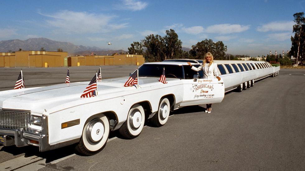Девушка у сидения водителя лимузина American Dream