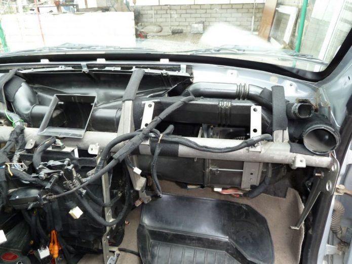 Автомобиль после снятия передней панели
