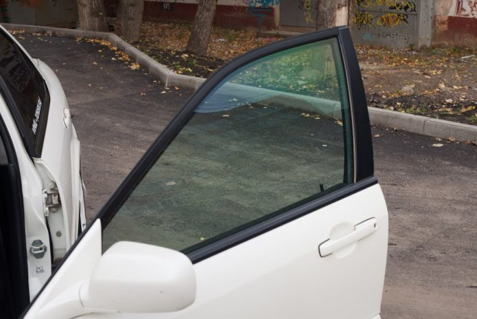 Атермальное стекло на белой машине