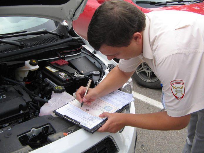 Инспектор снимает авто с учета