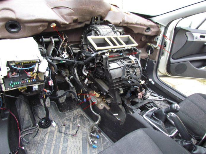 Передняя панель авто в разборе