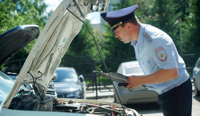Полицейский проверяет двигатель