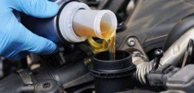 залить масло в двигатель