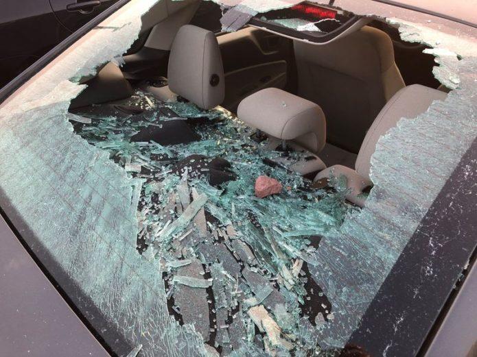 Разбитое стекло в машине