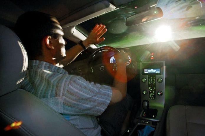 Ослепляющий свет встречного авто