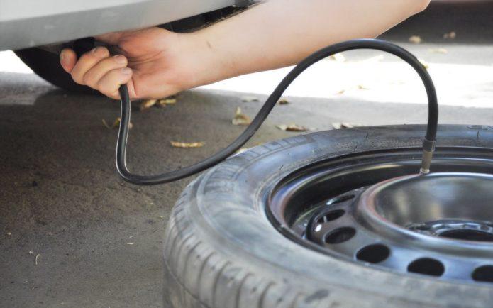Накачивание колеса автомобиля