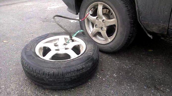 Спущенное колесо автомобиля