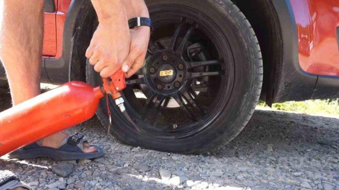 Подкачка колеса огнетушителем