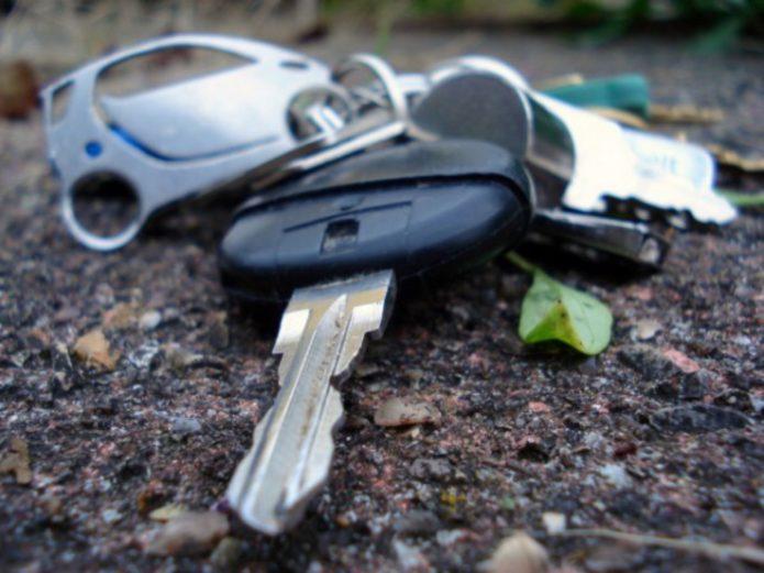 Упали на землю ключи о машины
